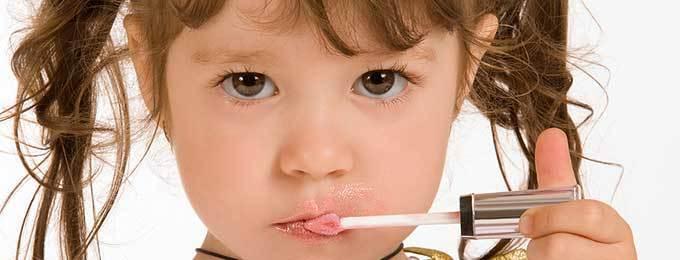 Малките момичета и гримирането
